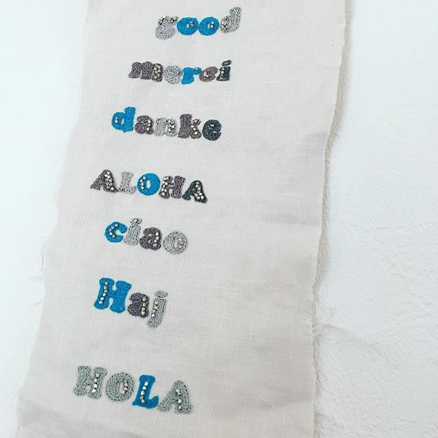 .タイポと古道具展まであと1週間となりました.ずいぶんと前から分かっていた予定でしたのに、結局ギリギリまで刺繍してます…(あはは)...いろいろな言葉のあいさつタイポ.細かい刺繍でしばれましたが、何とかゴールがみえた!....「タイポと古道具」12/7(thu)-12/10(sun)12:00-18:00.古道具 PieNiKoTaイラストレーター mameritsuko アクセサリー horieee ..川越 Banon埼玉県川越市元町1-12-7http://banon2014.com.#タイポと古道具 #タイポ刺繍 #typography #embroidery #horieee #pienikota #mameritsuko (Instagram)