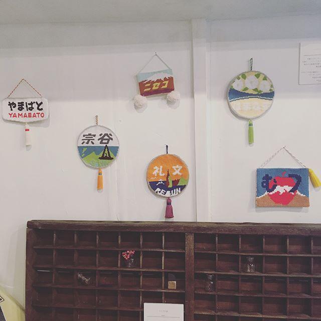 ..おはようございますタイポと古道具展 3日目です..今回の展示は、タイポと古道具のテーマに沿った展示コーナーもありまして、ご協力頂いている作品があります。.これらがまた、どれもぐっときます.ゼヒそちらもご覧くださいね.●1、2枚目: ヘッドマークのタペストリー.@headmark_tapestry さんにお借りしている列車のヘッドマークをモチーフにしている作品。鉄道ファンのみならず、フォント好きにもたまらない!..●3枚目:こどもとタイポグラフィ.字が字になる前の、のびのびしたラインがたまりません。.古い時代の額に額装されると、絵画のよう。対象年齢2〜7歳くらいの友人、家族のお子さんに協力いただきました..でわでわ、本日もよろしくお願いシマス...#タイポと古道具 #ワークショップ #タイポ刺繍 #typography #embroidery #horieee #pienikota #mameritsuko #ヘッドマーク (Instagram)